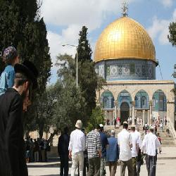 Israeli occupation breaks into Al-Aqsa mosque and injures  many prayers